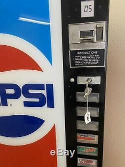 Vintage pepsi vending machine. Well Functioning Pepsi Vending Machine With Key